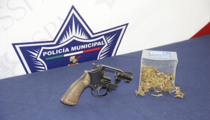 Arma de fuego tipo revolver calibre .380 y un vehi culo chrysler 300  de modelo reciente.