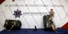 Relacionada mediante labores de inteligencia polici as municipales arrestan a dos  aztecas  en poder de  21 kilos de marihuana y una pistola calibre 9 mili metros