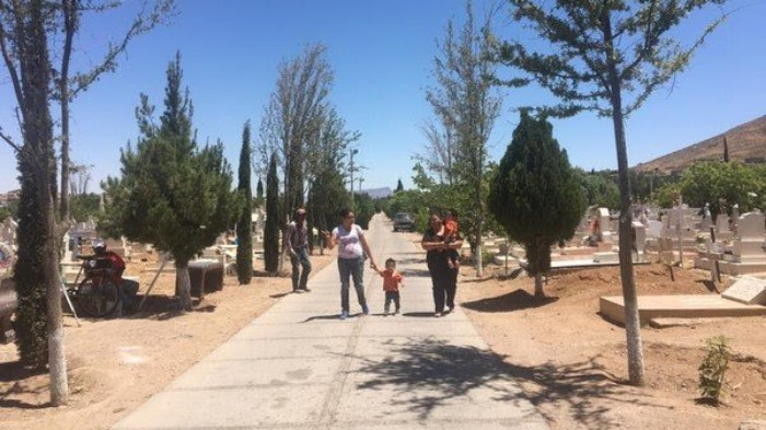 Acuden al panteón a visitar a madres fallecidas