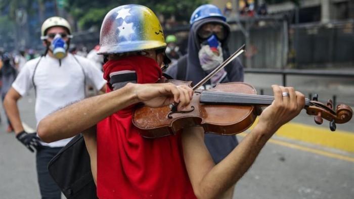 Violinista sorprende en medio de caótica protesta en Venezuela — Videos