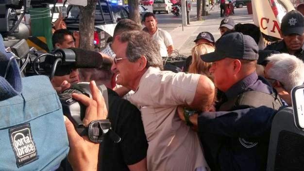 Por violento detienen a líder magisterial en marcha en NL