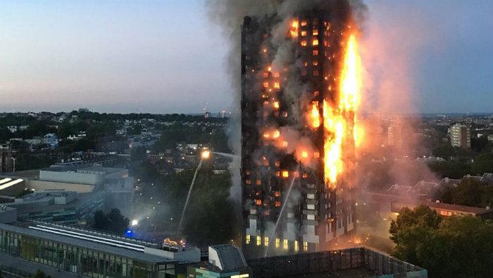 Van 12 muertos por incendio en Londres; la cifra podría aumentar