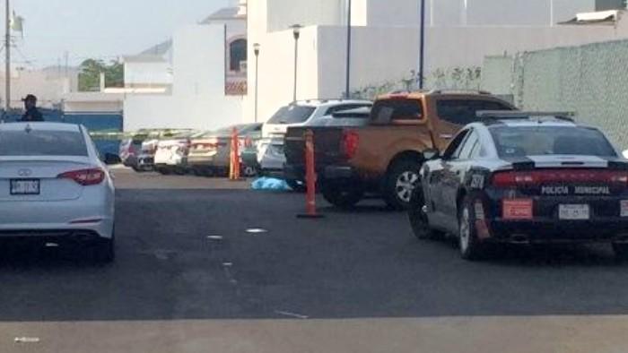 Asesinan a un hombre en estacionamiento de un colegio en Montebello