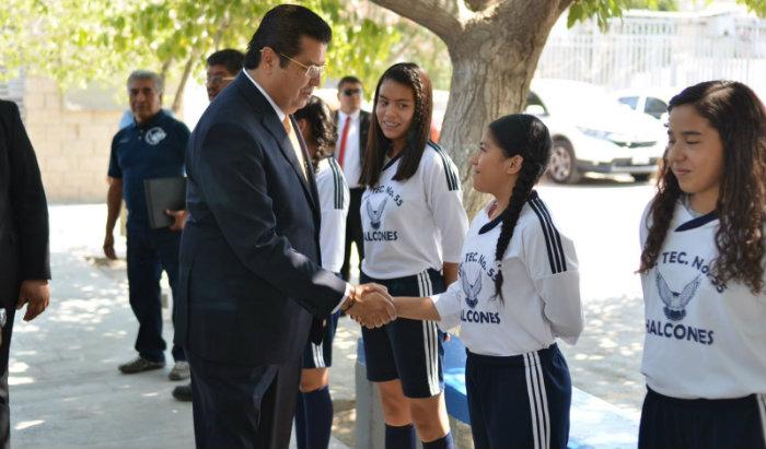 Entrego  alcalde uniformes al equipo de fu tbol de la secundaria 55