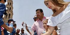 Relacionada alcalde y su familia repartieron botellas de agua en la plaza de armas