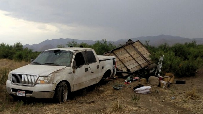 Vuelca pick-up de California en la carretera Chihuahua-Juárez