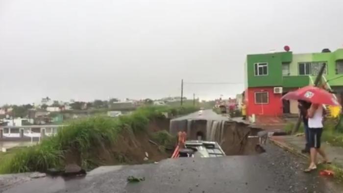Socavón se traga autobús de pasajeros en Veracruz
