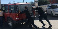 Relacionada polici as municipales ayudan a conductor que quedo  sin gasolina