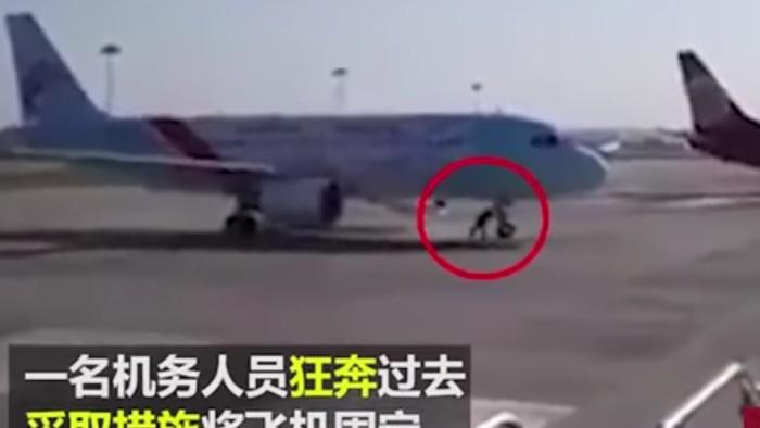 Hombre detiene avión con sus manos y causa furor en redes — YouTube