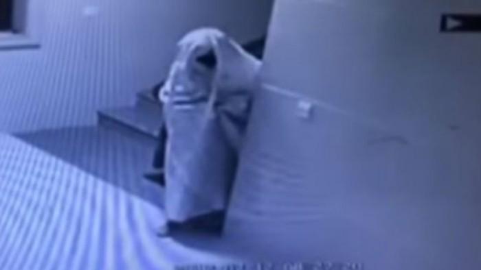 Con sábana, ladrón se disfraza de fantasma para