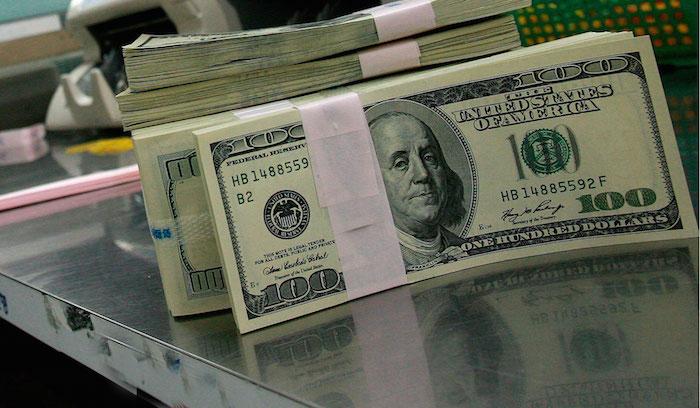 El dólar vuelve a subir cuatro centavos, a 17,90 pesos