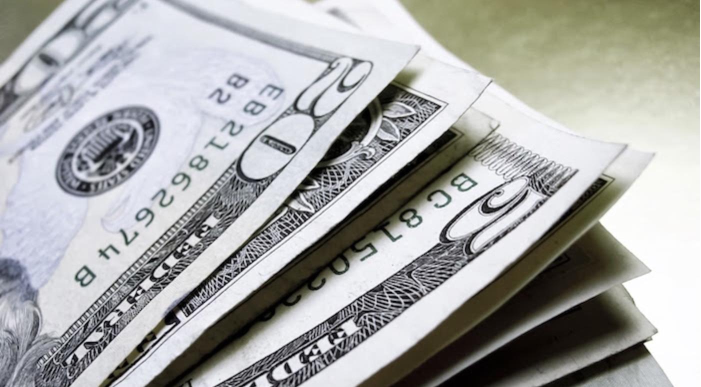 Dólar se mantiene en 18.15 pesos a la venta al cierre