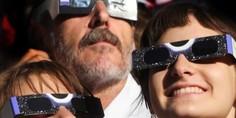 Relacionada viendo eclipse de sol
