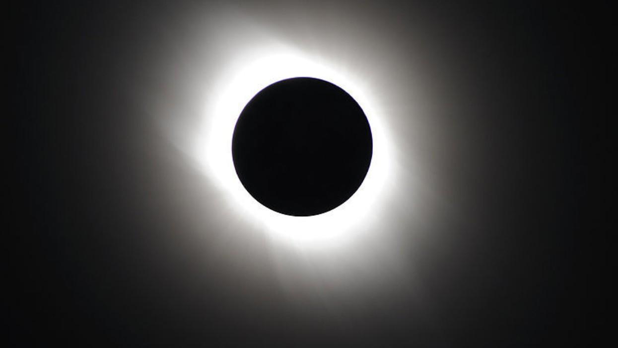 ¿Podemos posponer el eclipse al fin de semana?; mujer se vuelve viral