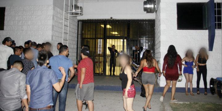 Galeria detuvieron a 24 jo venes que realizaron fiesta en parque 1