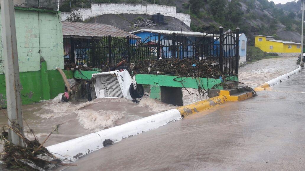 Desbordamiento de presa provoca inundación en Guadalupe y Calvo