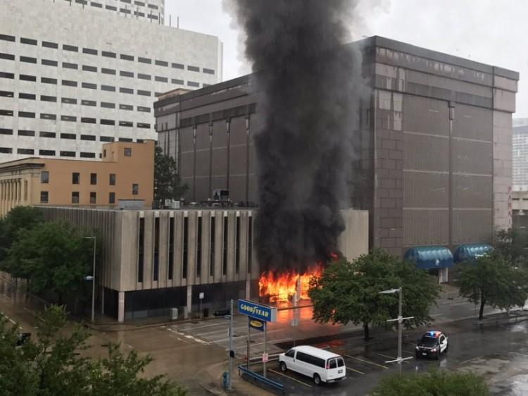 Fuerte explosión en edificio en el centro de Houston