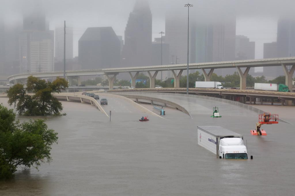 Famosos se unen a favor de los damnificados por el Huracán Harvey