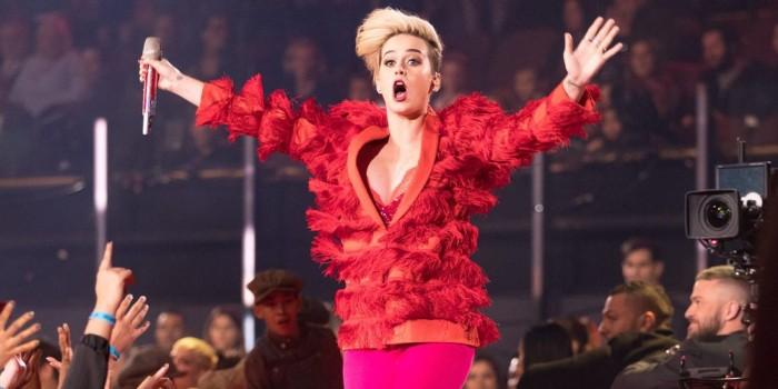 Mujer pierde el dedo gordo del pie y demanda a Katy Perry