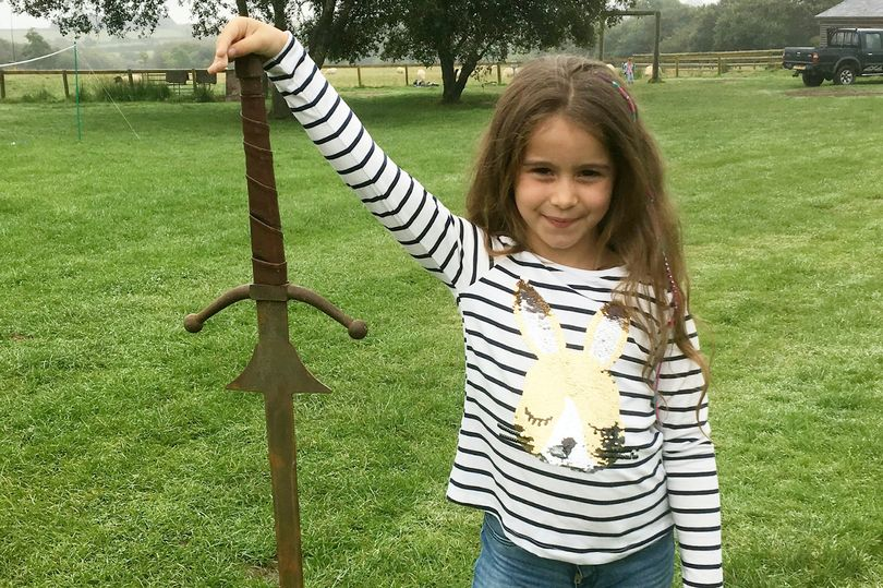 ¿Excalibur? Niña encontró espada donde el rey Arturo dejó la suya