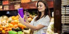 Relacionada mujer escanea producto en supermercado con celular