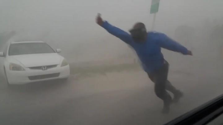 Meteorólogo se enfrenta a huracán Irma