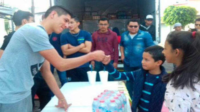 Edson Álvarez y Alejandro Díaz recolectan víveres