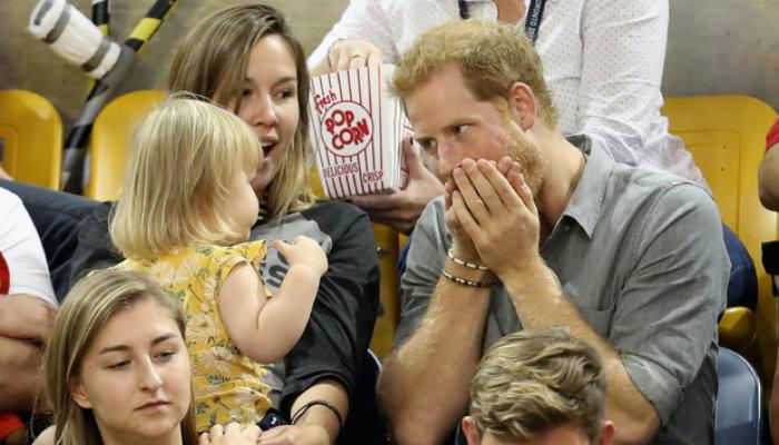 Niña 'roba' palomitas del príncipe Harry; esta fue su reacción