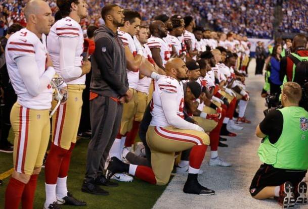 Mike Pence abandona partido de la NFL por nueva protesta en himno