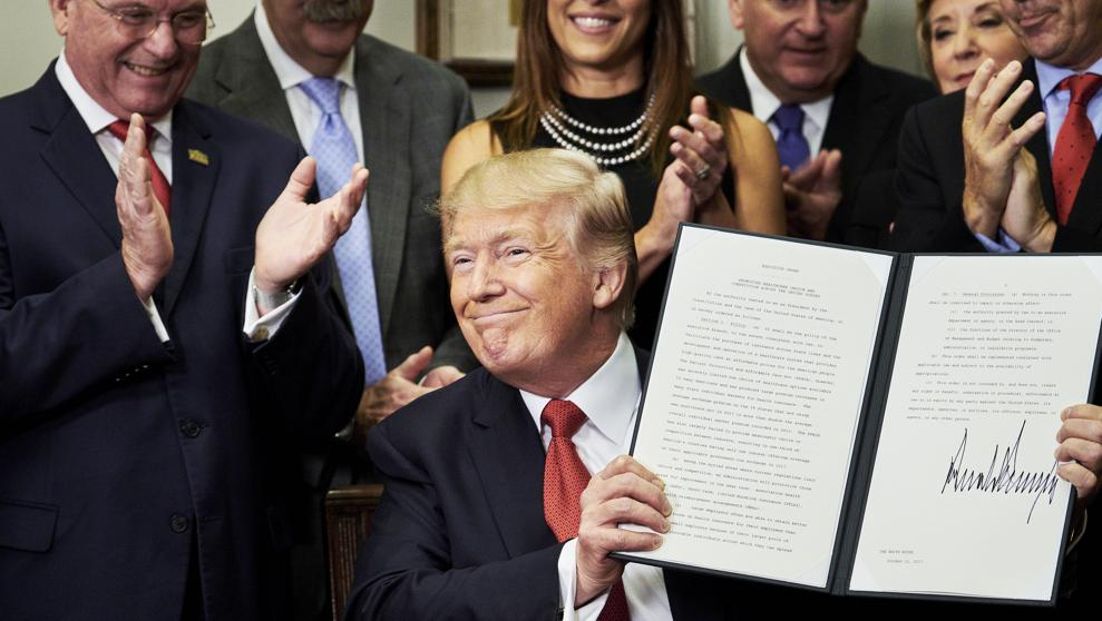 Firma Donald Trump orden ejecutiva contra el Obamacare