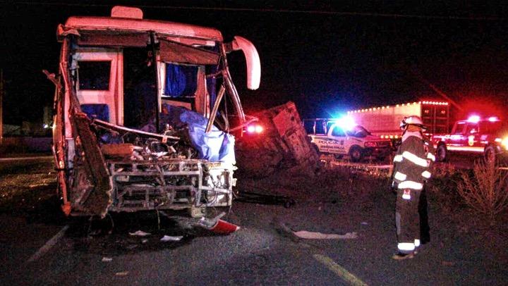 Choque de camión de pasajeros dejan dos muertos y varios lesionados