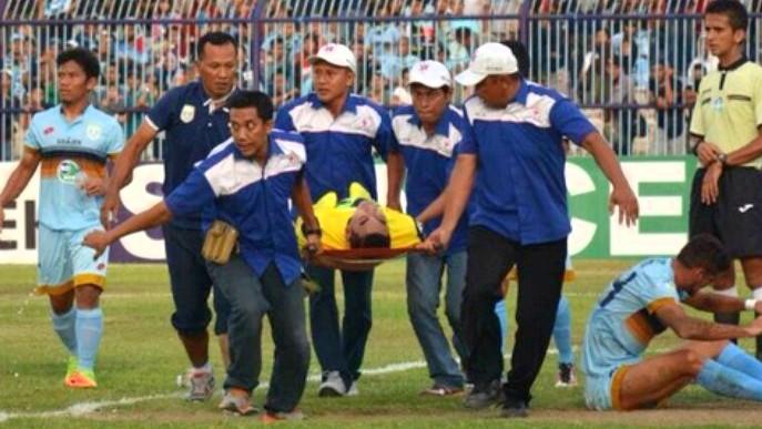 [VÍDEO] Tragedia en Indonesia: Fallece un portero tras chocar con su compañero