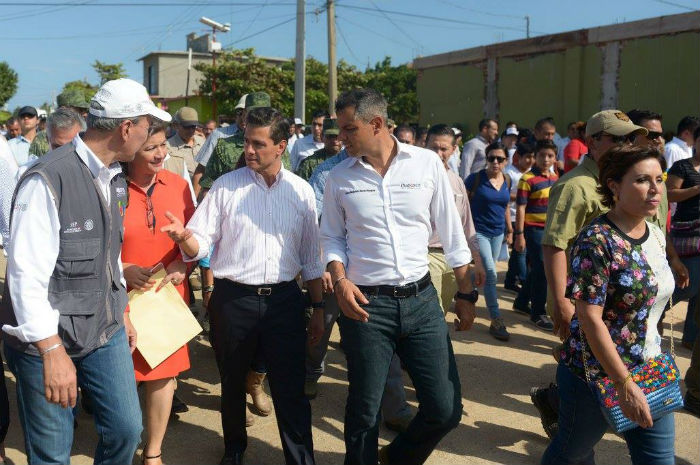 Slim verifica con Peña reconstrucción de casas en Oaxaca