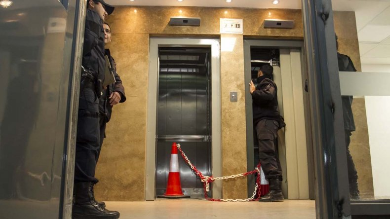 Empleado chino casi provoca una tragedia al intentar detener un ascensor
