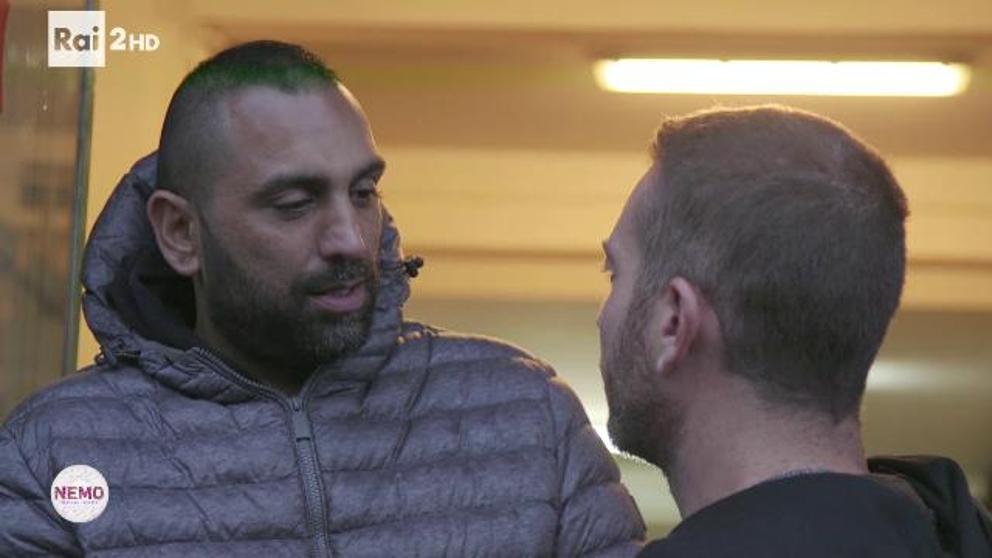 Brutal golpiza de mafioso a reportero en plena entrevista
