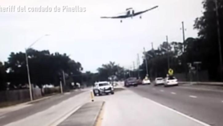 Una avioneta realiza un aterrizaje forzoso en medio de una calle