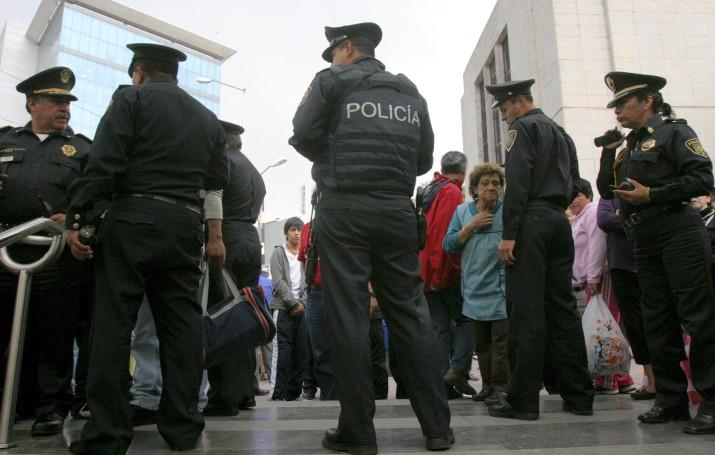 Detienen a dos policías acusados de asalto a un transeúnte en Iztapalapa