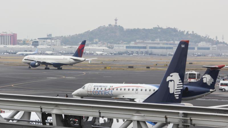 Además del banco de niebla en #AICM, pilotos de #Aeroméxico realizan protesta