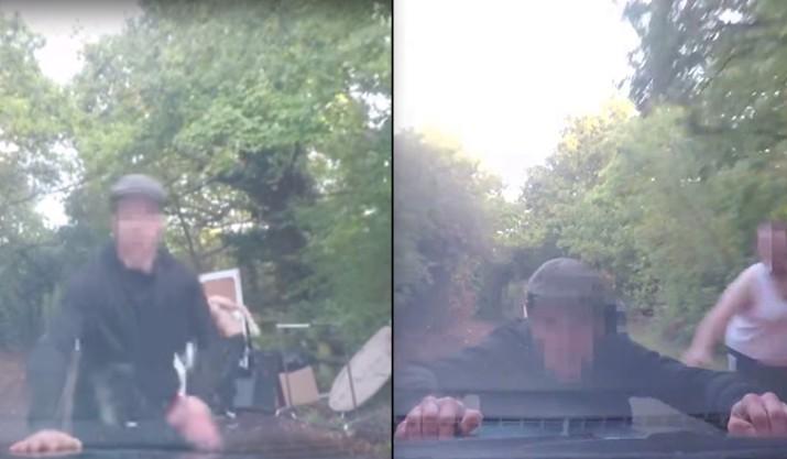 Salta al cofre del auto de una mujer