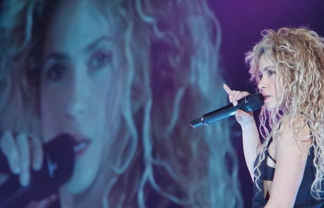 Shakira lo intenta todo para recuperar su voz