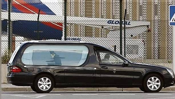 Auto fúnebre deja caer camilla de cadáveres en plena calle — YouTube