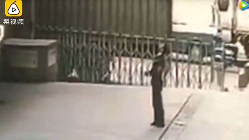 Hombre muere aplastado al intentar salvar a una mujer suicida