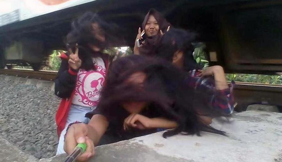 La arrolla el tren por tomarse una selfie en Indonesia