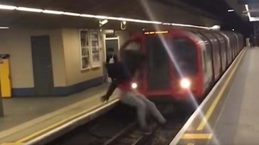 Hombre saltó delante de un tren de metro en movimiento