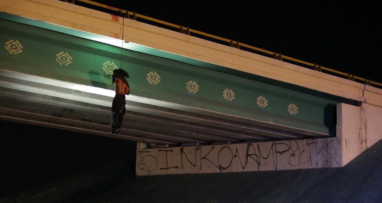 Conmoción México: narcotraficantes dejan cuerpo colgado en un puente