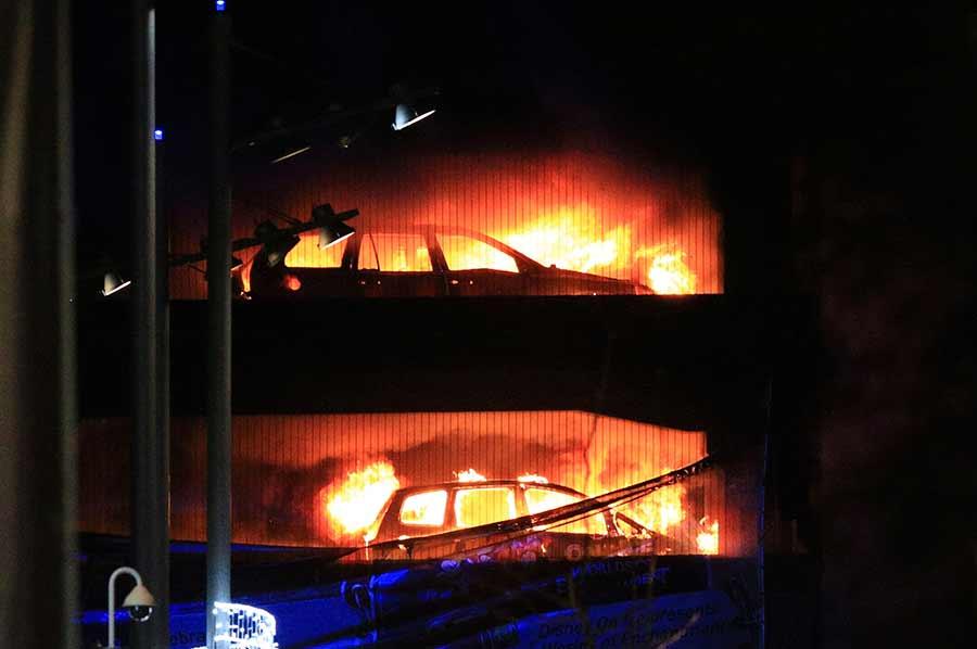 Cientos de vehículos se incendiaron en un estacionamiento en Liverpool — Reino Unido