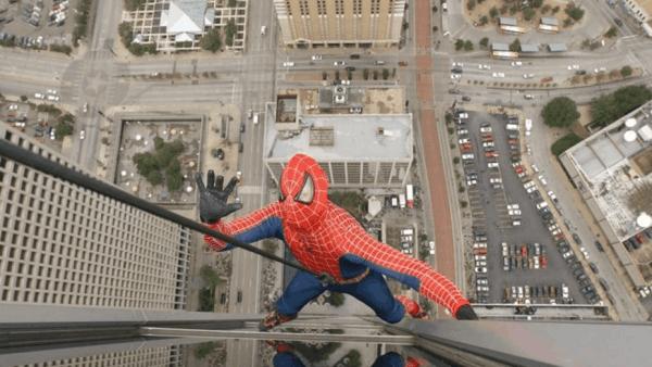 Joven intentó tomarse una selfie como Spiderman y cayó al vacío