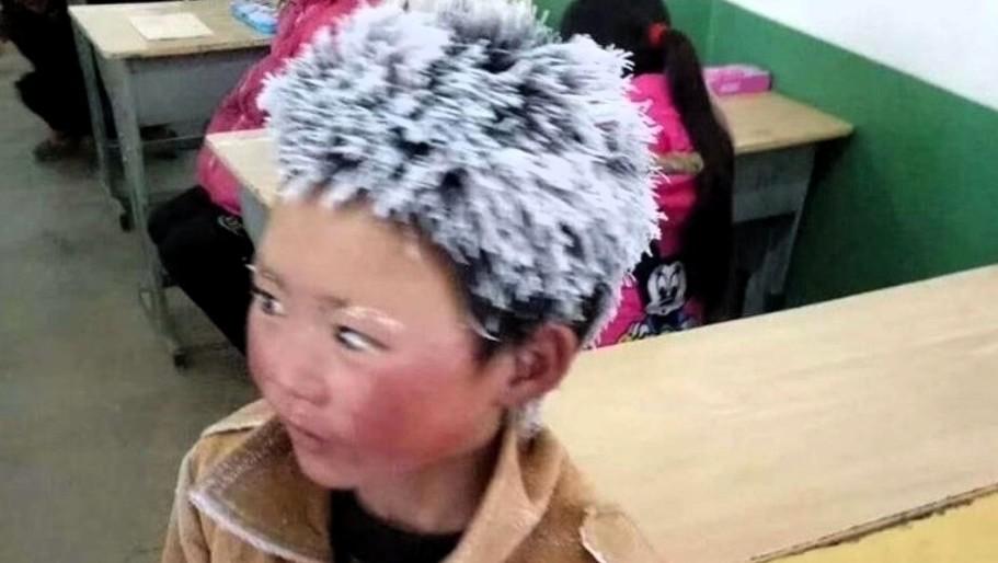 Conmueve niño chino que llega al colegio con el pelo congelado