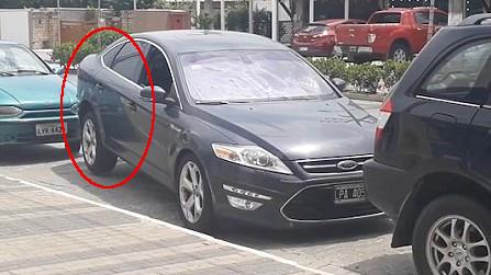 Asombroso: Hace flotar su auto para salir del estacionamiento en paralelo