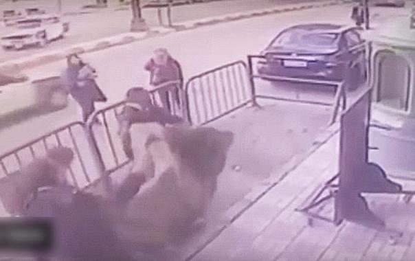 Tres policías egipcios atajaron a un niño que cayó de un balcón